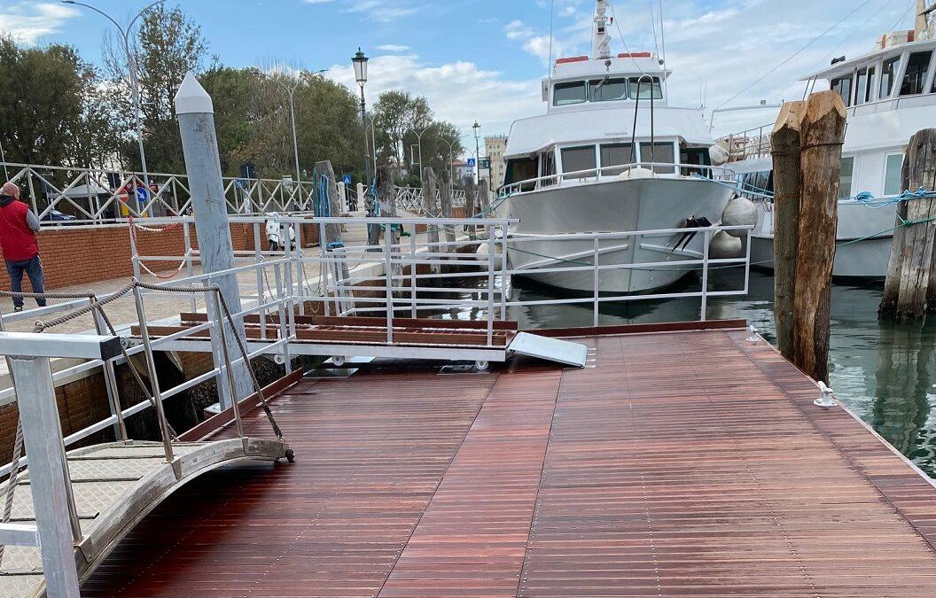 Una nuova piattaforma d'ormeggio per le minicrociere nella laguna di Chioggia.
